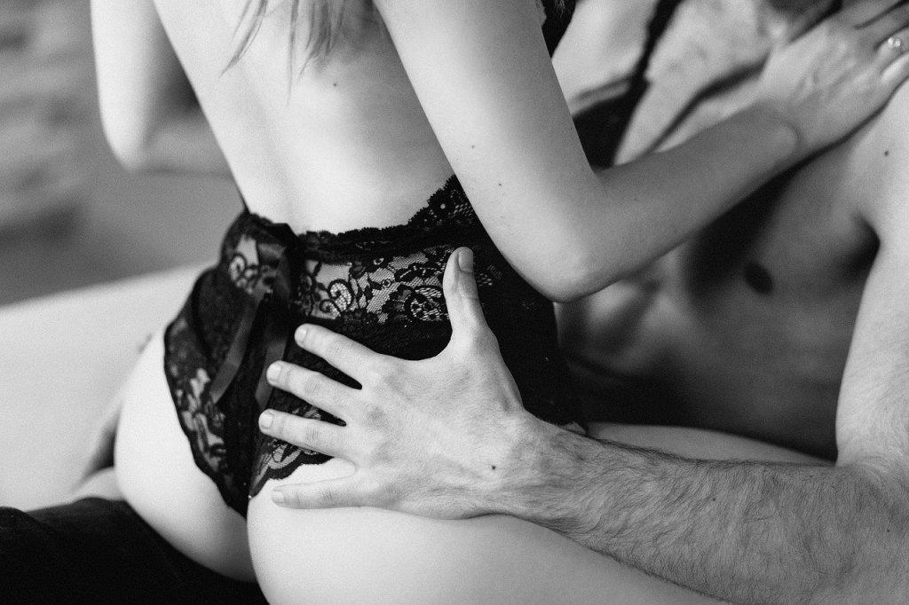 Mann und Frau beim Vorspiel - Konzentrieren Dich auf sexuelle Aktivitäten