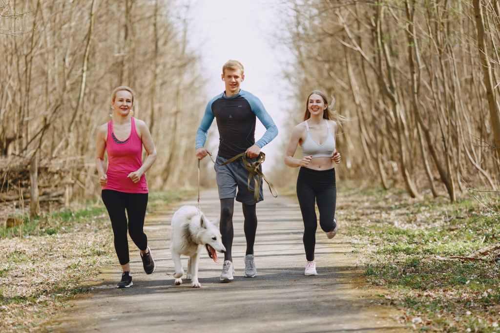 Eine Gruppe joggt - Regelmässiges Joggen steigert Dein Libido