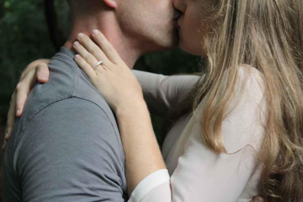 Mann und Frau beim Küssen - Steigere die Qualität Deiner Partnerschaft