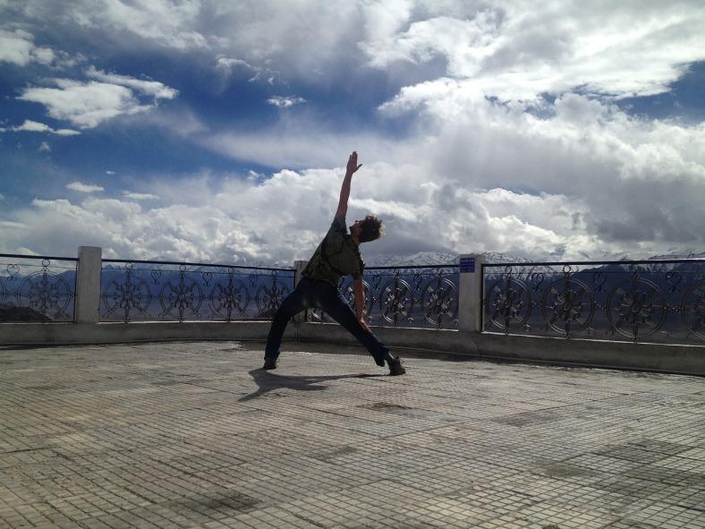 Werde anpassungsfähiger- Mann macht Yoga