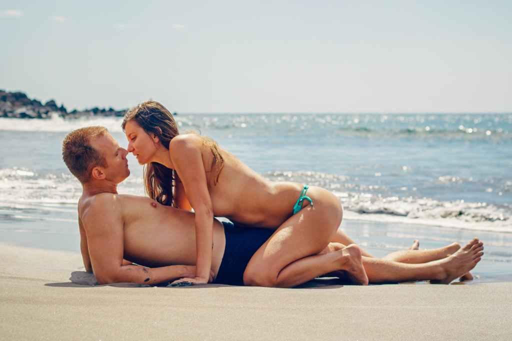 Dein Sexualleben wird sich ohne Alkohol verbessern - Man und Frau lieben sich am Strand