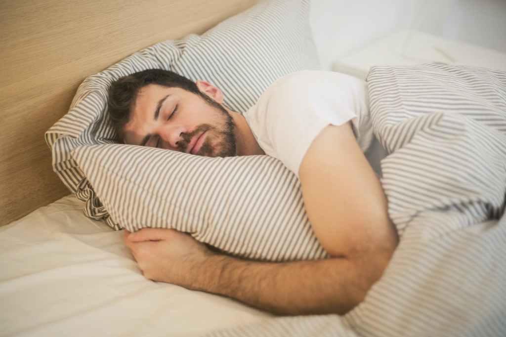 Du wirst besser schlafen ohne Alkohol. Mann schäft gut